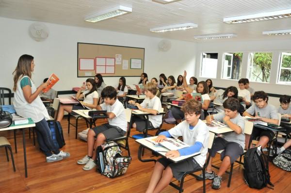 Crise econômica causa mudança de alunos de escola privada para pública