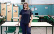 Professora brasileira de português que ensina robótica disputa